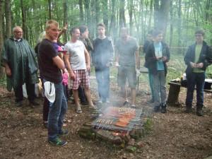 le barbecue se prépare .